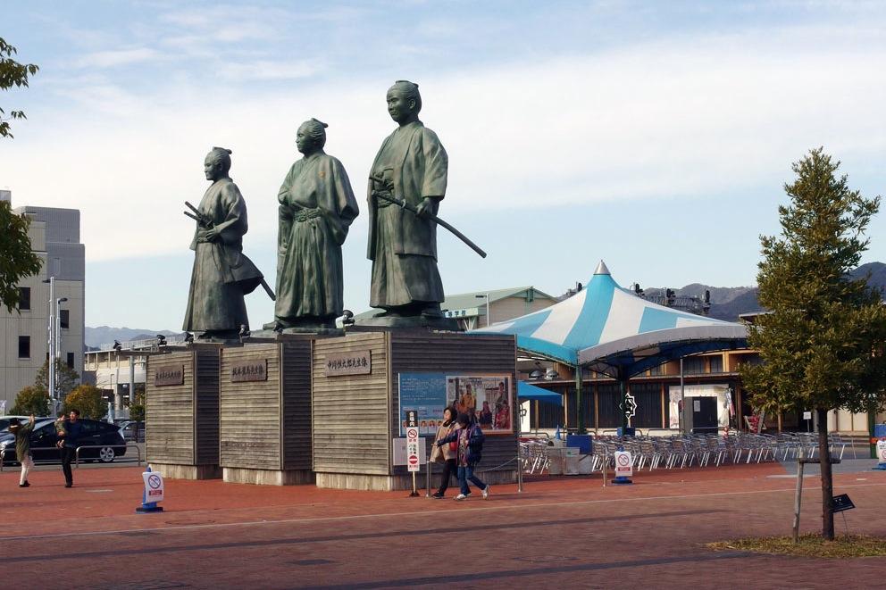 駅前の三藩士像