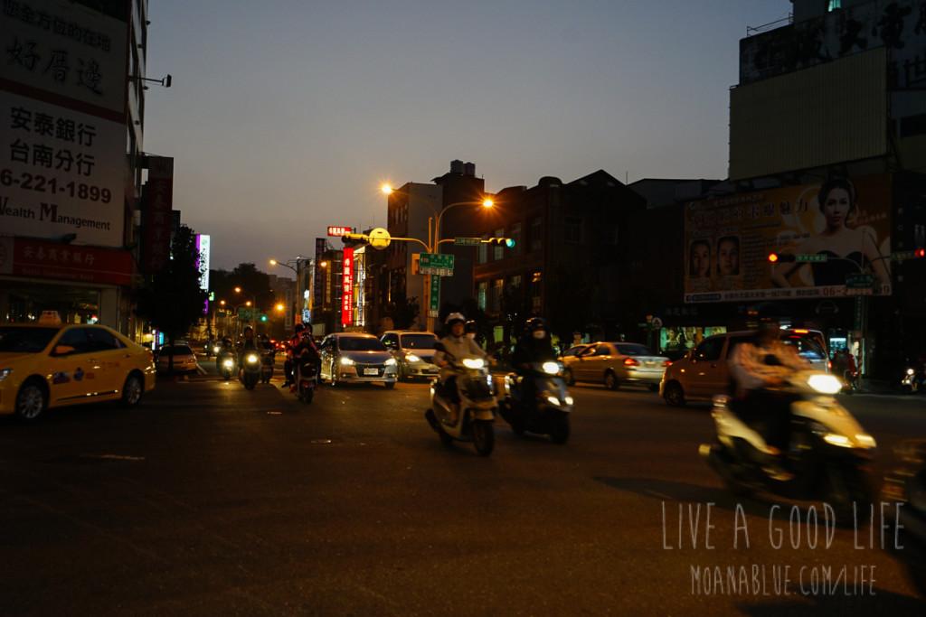 夕暮れ時の街を歩きます。治安はまったく問題なし!