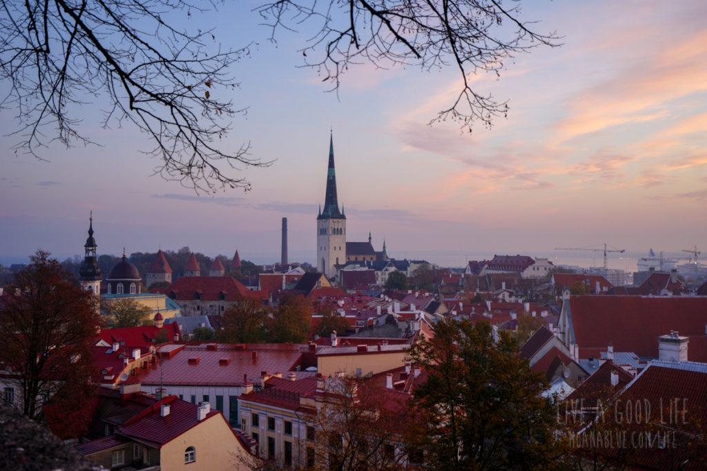 夜明け前のタリン旧市街