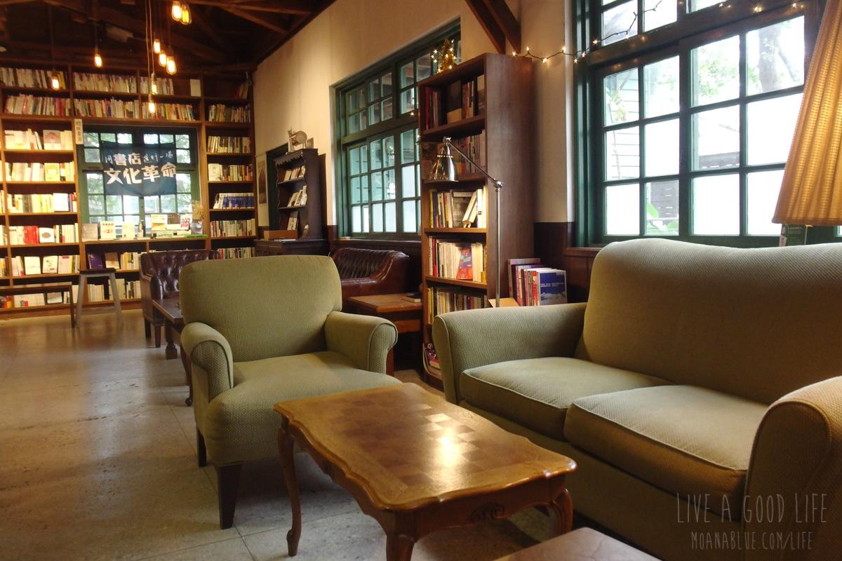 閲楽書店のソファ