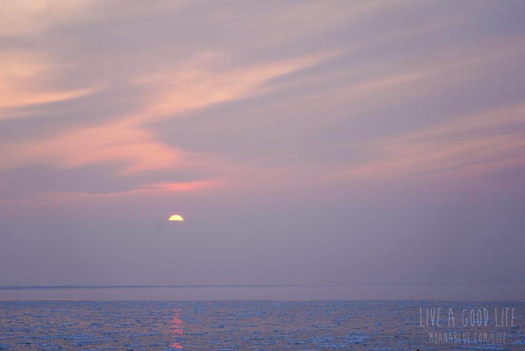 知床 流氷が浮かぶ海に沈む夕陽